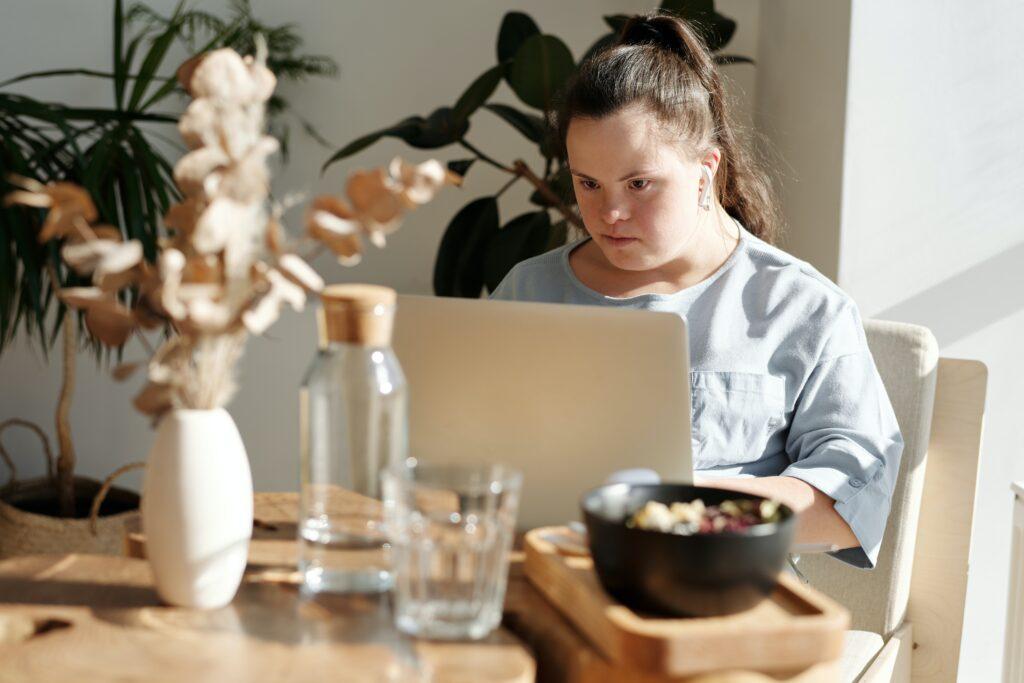 Henkilö tietokoneen ääressä