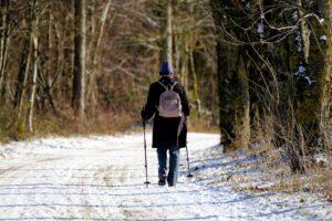 Sauvakävelijä lumisessa ympäristössä