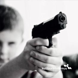 Lehden kansi, jossa nuori pitää asetta